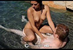 Novinha puta morena em sexo na piscina