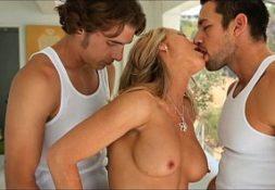 Sexo caseiro brasileiro dois caras comendo gostosa