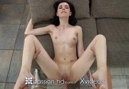 Sexo na tv comendo a amgrinha safada